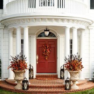 Foto de puerta principal tradicional con paredes blancas, puerta simple y puerta roja