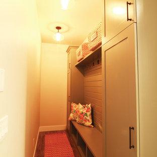 Idéer för små lantliga kapprum, med beige väggar, laminatgolv och brunt golv