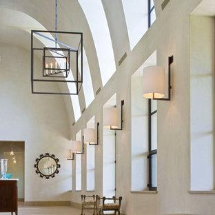 Idee per un ampio corridoio minimal con pareti beige e pavimento in pietra calcarea