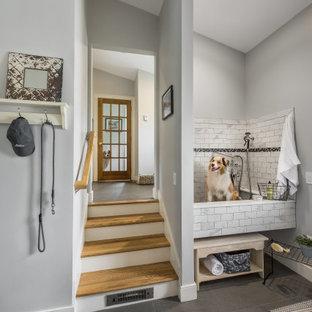 プロビデンスの広いトラディショナルスタイルのおしゃれなマッドルーム (グレーの壁、スレートの床、グレーの床、三角天井) の写真