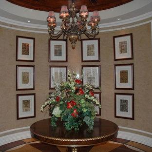 マイアミの広い地中海スタイルのおしゃれな玄関ロビー (ベージュの壁、テラゾーの床、マルチカラーの床) の写真