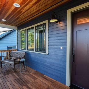 Große Rustikale Haustür mit blauer Wandfarbe, dunklem Holzboden, Einzeltür und lila Tür in Seattle
