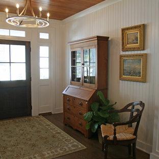 Idéer för mellanstora maritima foajéer, med vita väggar, mellanmörkt trägolv, en enkeldörr, mörk trädörr och brunt golv