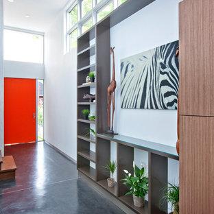 Idee per un ingresso o corridoio contemporaneo con una porta arancione