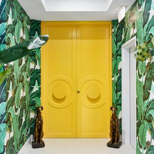 Idee per un ingresso minimal con pareti verdi, una porta a due ante, una porta gialla, pavimento bianco e carta da parati