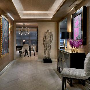 Ejemplo de distribuidor papel pintado y beige, contemporáneo, grande, papel pintado, con paredes marrones, puerta doble, papel pintado, suelo de madera clara y suelo beige