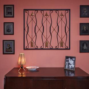 ニューヨークの小さいミッドセンチュリースタイルのおしゃれな玄関ロビー (ピンクの壁、濃色無垢フローリング) の写真