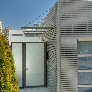 Ejemplo de entrada minimalista con puerta simple y puerta de vidrio