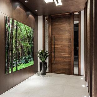 Inredning av en modern stor foajé, med bruna väggar, klinkergolv i porslin, en enkeldörr, mörk trädörr och grått golv