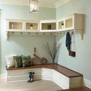 Idéer för att renovera ett vintage kapprum, med blå väggar och ljust trägolv