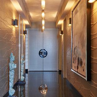 ロサンゼルスの中くらいの両開きドアコンテンポラリースタイルのおしゃれな玄関ホール (メタリックの壁、御影石の床、茶色い床) の写真