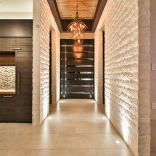 Пример оригинального дизайна: большая входная дверь в современном стиле с бежевыми стенами, полом из керамогранита, поворотной входной дверью, входной дверью из темного дерева и бежевым полом