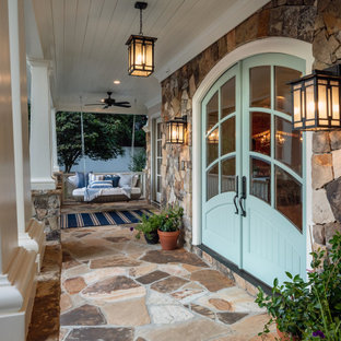 Идея дизайна: большая входная дверь в классическом стиле с двустворчатой входной дверью, синей входной дверью и потолком из вагонки