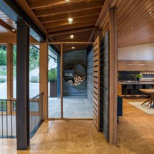 Неиссякаемый источник вдохновения для домашнего уюта: фойе среднего размера в современном стиле с серыми стенами, полом из бамбука, одностворчатой входной дверью, входной дверью из дерева среднего тона и бежевым полом