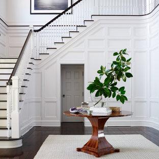 Стильный дизайн: фойе в морском стиле с белыми стенами и темным паркетным полом - последний тренд
