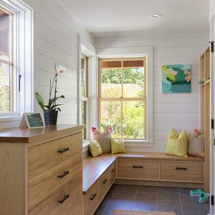 Foto di un ingresso con anticamera chic di medie dimensioni con pavimento in gres porcellanato, pareti bianche, una porta in legno bruno e pavimento grigio