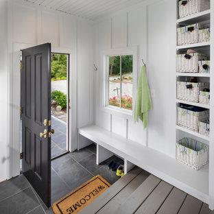 Пример оригинального дизайна: маленький тамбур в современном стиле с белыми стенами, полом из сланца, одностворчатой входной дверью, черной входной дверью, серым полом и стенами из вагонки