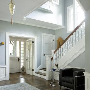 Foto di un ingresso o corridoio vittoriano con una porta olandese