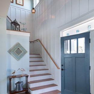 Exempel på en maritim foajé, med blå väggar, en enkeldörr och en blå dörr
