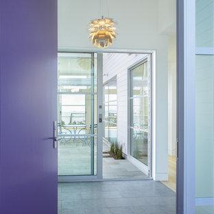 サンフランシスコの片開きドアコンテンポラリースタイルのおしゃれな玄関 (紫のドア) の写真