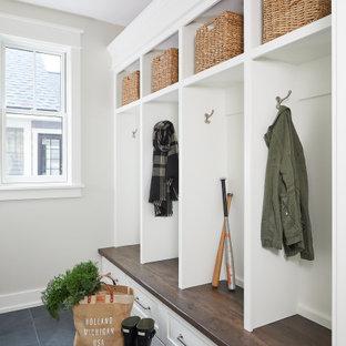 Неиссякаемый источник вдохновения для домашнего уюта: маленький тамбур в стиле кантри с белыми стенами, полом из сланца, одностворчатой входной дверью и синим полом