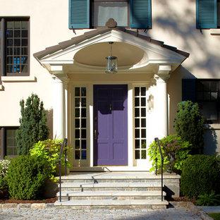 ニューヨークの片開きドアトランジショナルスタイルのおしゃれな玄関ドア (ベージュの壁、紫のドア) の写真