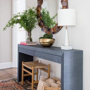 Exempel på en liten klassisk foajé, med beige väggar, mörkt trägolv och brunt golv