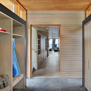 Idées déco pour une petit entrée moderne avec un vestiaire, un sol en ardoise et un sol noir.