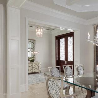 Diseño de distribuidor marinero, grande, con paredes grises, suelo de mármol, puerta doble, puerta de madera en tonos medios y suelo blanco