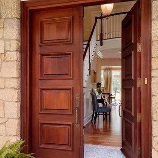 Неиссякаемый источник вдохновения для домашнего уюта: прихожая в классическом стиле с двустворчатой входной дверью и входной дверью из темного дерева