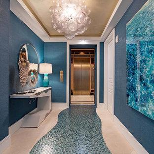 マイアミの大きいビーチスタイルのおしゃれな玄関ホール (青い壁、青い床) の写真