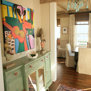Foto de distribuidor costero con paredes beige, suelo de madera en tonos medios, puerta simple y puerta violeta