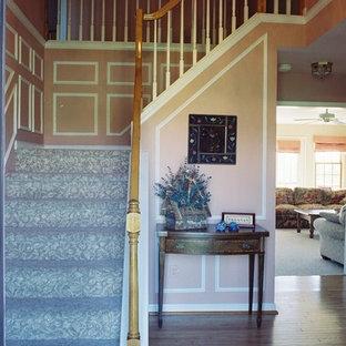 フィラデルフィアの中サイズの片開きドアトランジショナルスタイルのおしゃれな玄関ロビー (ピンクの壁、無垢フローリング、白いドア) の写真