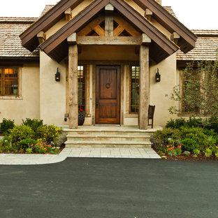 Rustikaler Eingang mit Einzeltür und dunkler Holztür in Boise