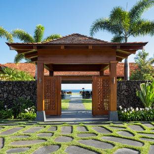 ハワイの巨大なトロピカルスタイルのおしゃれな玄関の写真