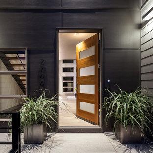 Idéer för en stor modern ingång och ytterdörr, med grå väggar, mellanmörkt trägolv, en enkeldörr och ljus trädörr