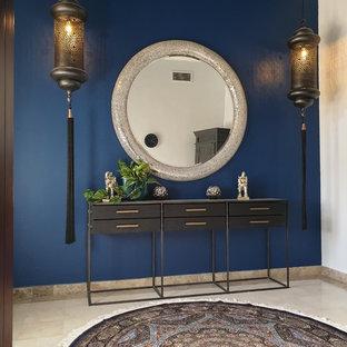 他の地域の広い両開きドアエクレクティックスタイルのおしゃれな玄関ホール (青い壁、セラミックタイルの床、黒いドア) の写真