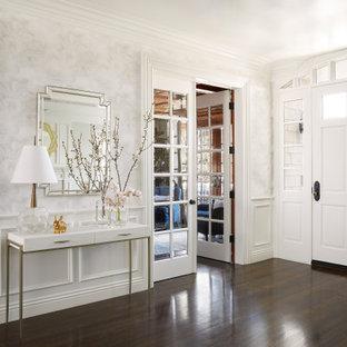 Klassischer Eingang mit Foyer, weißer Wandfarbe, dunklem Holzboden, Einzeltür, weißer Tür und braunem Boden in Los Angeles