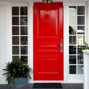 Ispirazione per un ingresso o corridoio tradizionale di medie dimensioni con una porta rossa