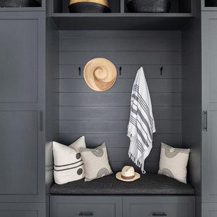 Foto de vestíbulo posterior costero, de tamaño medio, con paredes blancas, suelo de madera oscura, puerta simple, puerta blanca y suelo gris