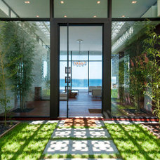 Contemporary Entry by MKL Construction Corp.