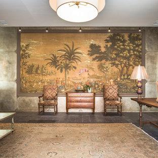 Идея дизайна: большое фойе с бетонным полом, белой входной дверью и фиолетовым полом