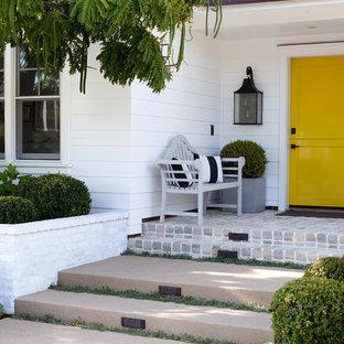 Foto på en vintage ingång och ytterdörr, med en tvådelad stalldörr och en gul dörr