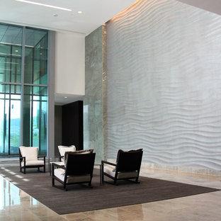 Inspiration för mycket stora moderna entréer, med metallisk väggfärg och marmorgolv