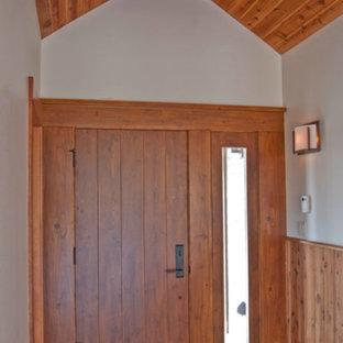 Идея дизайна: большая входная дверь в стиле рустика с белыми стенами, светлым паркетным полом, одностворчатой входной дверью и входной дверью из дерева среднего тона