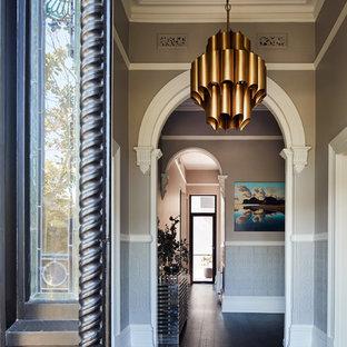 メルボルンの大きいコンテンポラリースタイルのおしゃれな玄関ロビー (グレーの壁、黒い床、塗装フローリング) の写真