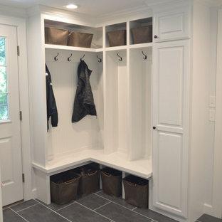 На фото: с невысоким бюджетом маленькие тамбуры в классическом стиле с белыми стенами, полом из керамогранита и серым полом