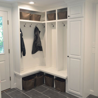 Свежая идея для дизайна: маленький тамбур со шкафом для обуви в классическом стиле с белыми стенами, полом из керамогранита и серым полом - отличное фото интерьера