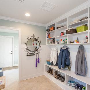 Inspiration för ett vintage kapprum, med blå väggar, en enkeldörr och beiget golv