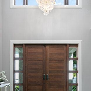 Mittelgroßer Maritimer Eingang mit Foyer, grauer Wandfarbe, Porzellan-Bodenfliesen, Doppeltür, hellbrauner Holztür, braunem Boden und eingelassener Decke in Tampa